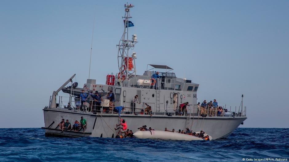 عکس از دویچه وله/ کشتی گارد ساحلی ایتالیا را در بحیره مدیترانه نشان میدهد.