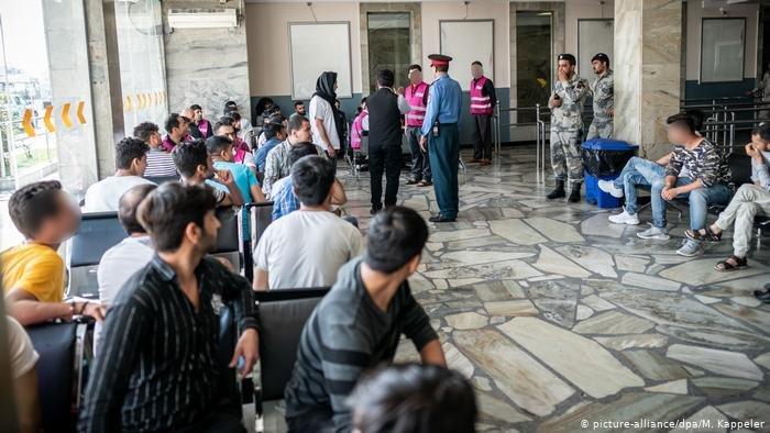 گروهی از مهاجران اخراج شده از آلمان در میدان هوایی کابل