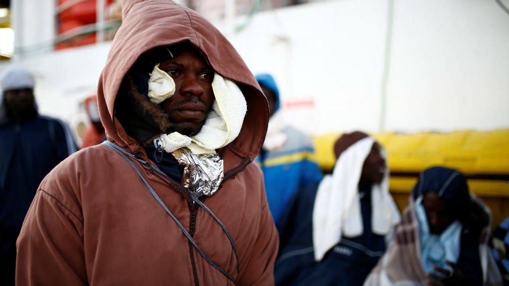 Des migrants secourus par le navire humanitaire Aquarius s'apprêtent à arriver au port de Pozzallo en Sicile, le 18 décembre 2017. Crédits : Reuters, Darrin Zammit Lupi