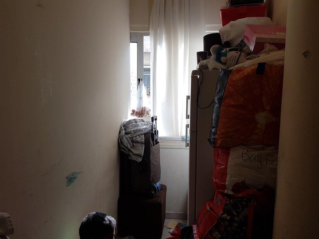 إحدى زوايا الغرفة وتبدو أغراض العائلة مكدسة فوق بعضها. تصوير: شريف بيبي