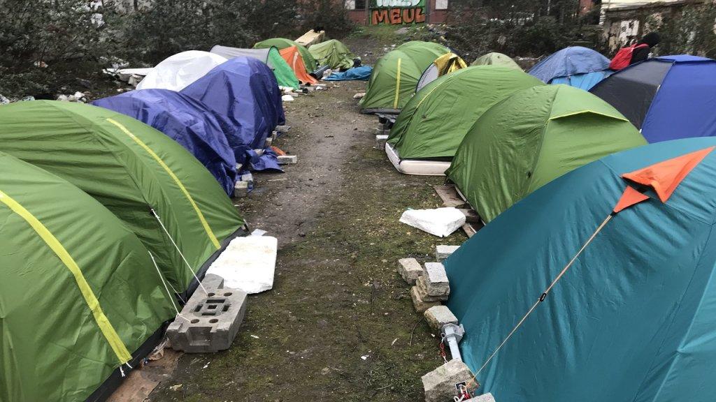 يحتوي هذا المخيم العشوائي على 40 خيمة تقريباً، تأوي 50 مهاجراً وطالب لجوء. المصدر / موسى ابو زعنونة / مهاجر نيوز