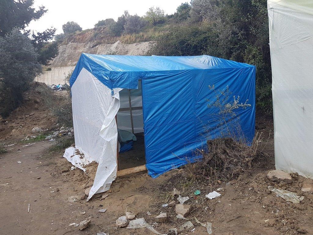 أحد الأكواخ التي يساهم شباب من المخيم ببنائها للعائلات التي تبحث عن مأوى، 30 تشرين الثاتي/نوفمبر 2019. شريف بيبي/مهاجر نيوز