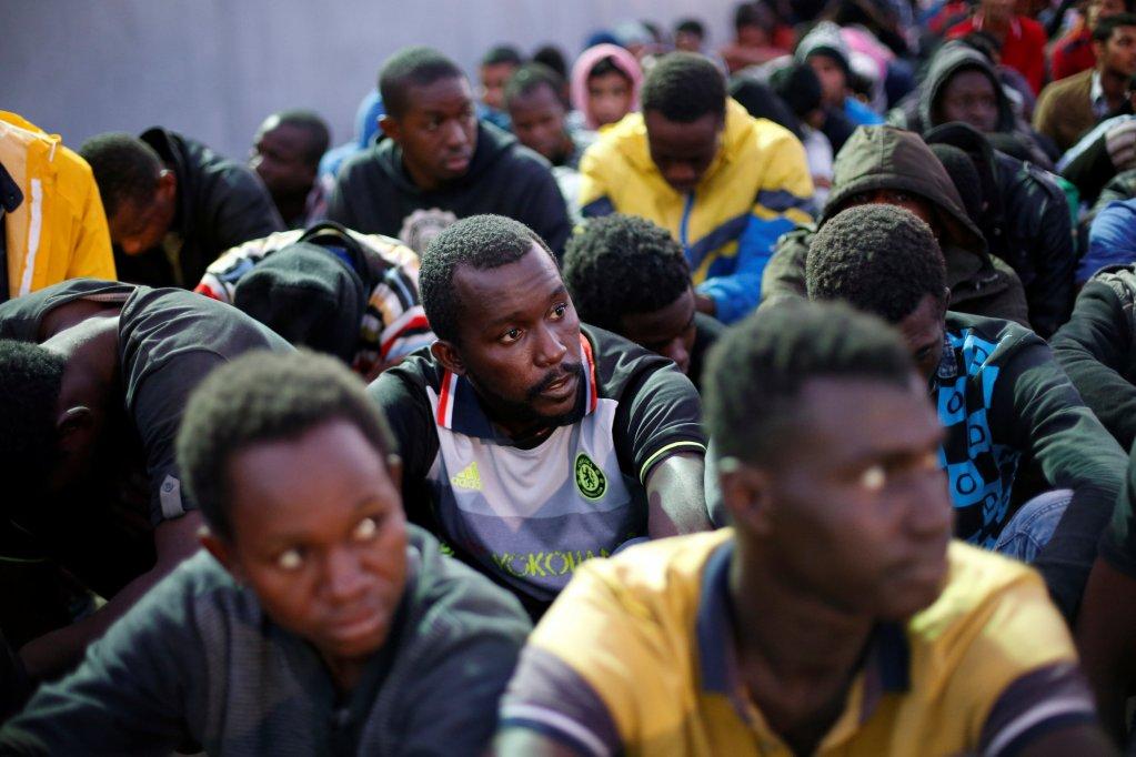 REUTERS / Ahmed Jadallah |Dans le port de Tripoli, le 4 novembre 2017, des migrants sauvés en mer par la marine libyenne.