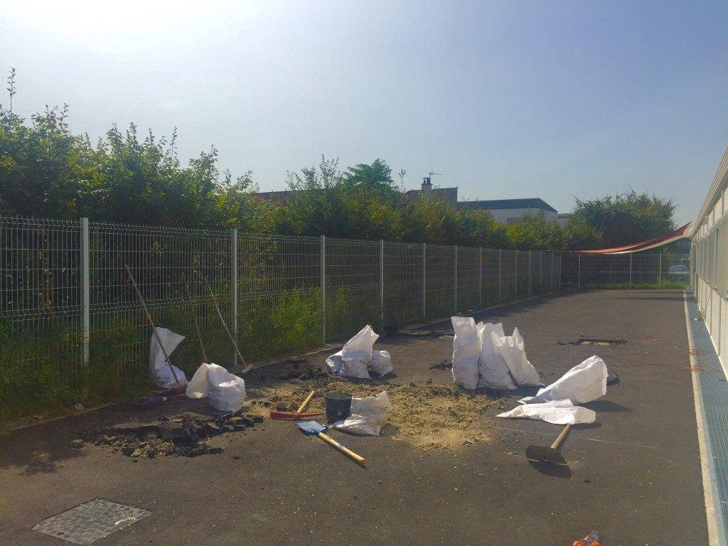 La cour de rcration est en train dtre finalise dans la nouvelle cole du centre dhbergement dIvry Crdits  Anne-Diandra Louarn