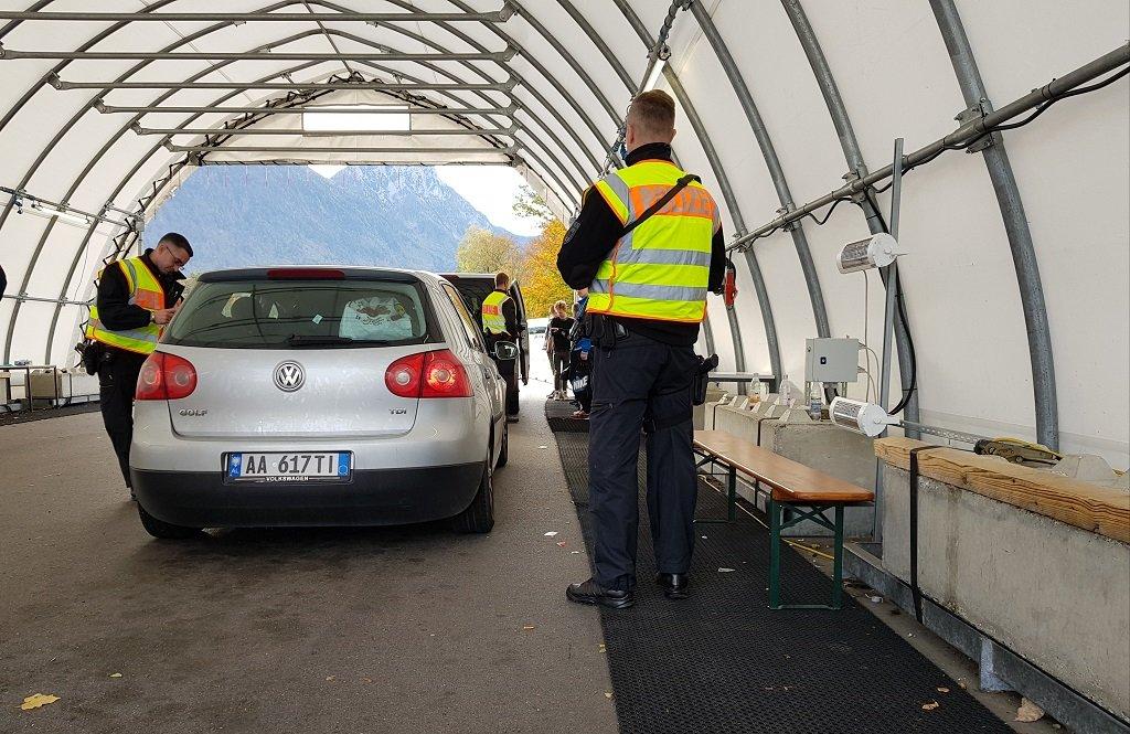 نقطة تفتيش حدودية أقامتها الشرطة الألمانية على الطريق السريع الواصل بين النمسا وألمانيا. مهاجر نيوز