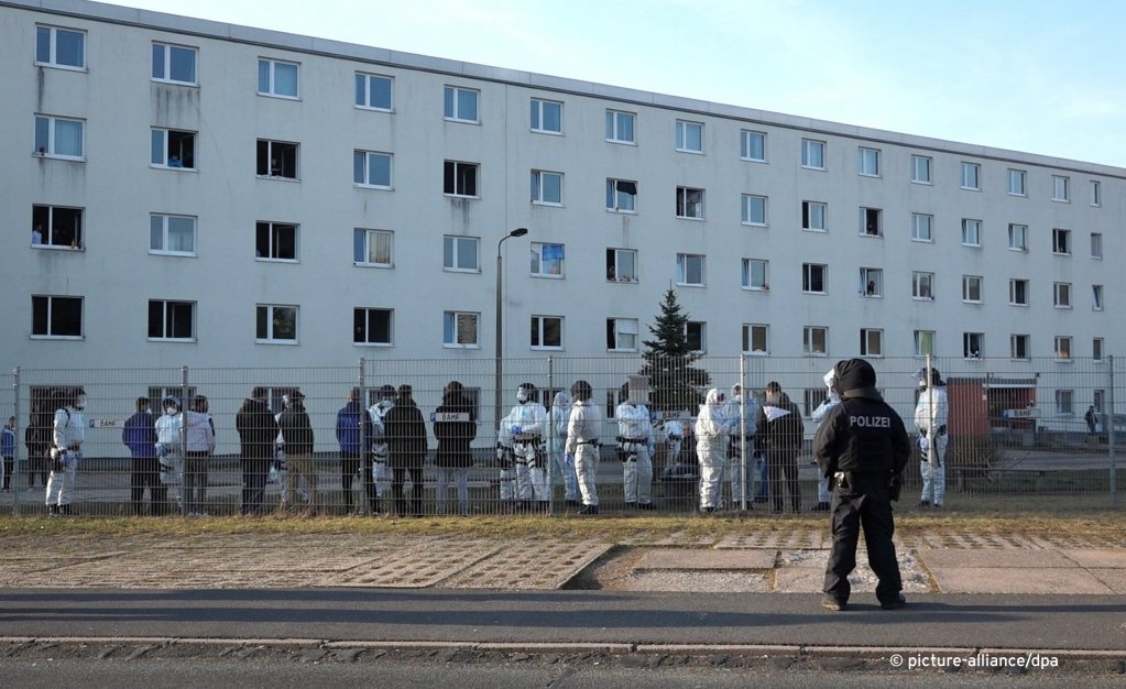 Police standing in front of the asylum seeker center in Suhl, Germany | Photo: Picture-alliance/dpa