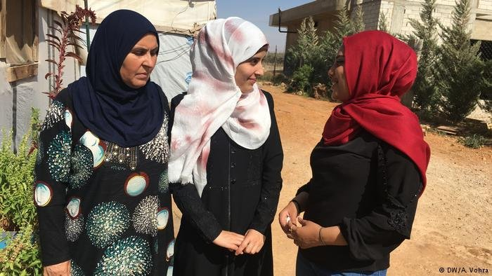 Muazzaz (left) and her daughter Lama (center) have no intention of trying to make it to Europe DW/A. Vohra