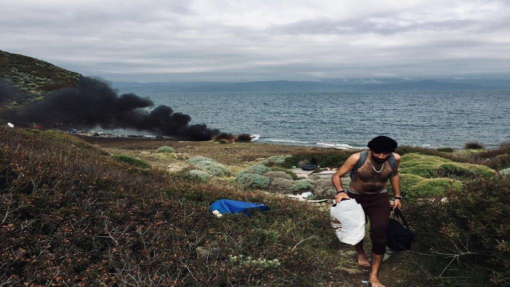 بعد وصولهم إلى الجزيرة المهجورة، قام المهاجرون بإحراق القارب المطاطي. المصدر/ طارق أرسل الصورة