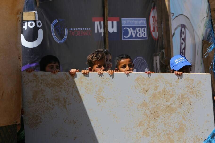 Des enfants attendent l'arrivée de l'aide humanitaire dans le camp de Bar Elias, l'un des plus grands du Liban. Crédit : Charif Bibi