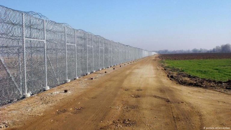 La frontière entre la Turquie et la Grèce est composée de kilomètres de barbelés pour empêcher les migrants de la traverser. Crédit : picture-alliance/dpa