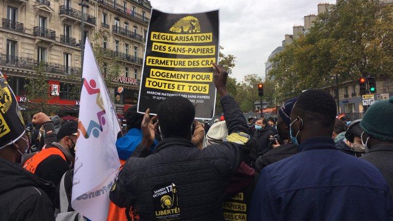Des milliers de personnes ont manifesté à Paris samedi 17 octobre 2020 pour réclamer la régularisation des sans-papiers. Crédit : InfoMigrants