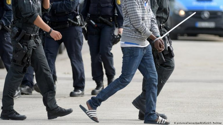 From file: Police escort man during a deportation | Photo: Picture-alliance/dpa/Bildfunk/S.Puchner