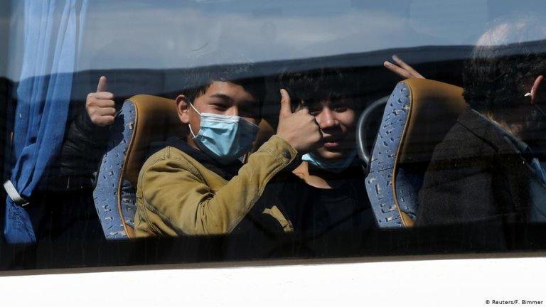 مهاجران زیر سن در اتوبوس پس از رسیدن آنها به میدان هوایی هانوور. عکس: اف. بیمیر/ رویترز
