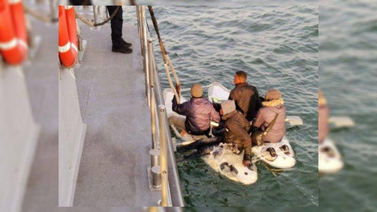 Ces quatre migrants ont tenté de traverser la Manche en joignant deux planches de planches à voile. Crédit : Préfecture maritime de la Manche et de la mer du Nord