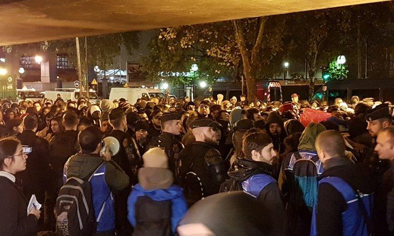 در جریان تخلیه مهاجران از کمپهای شمال پاریس، مهاجران تنها، در گروه جداگانهای منتشر بسهاهستند، ٧ نومبر  ٢٠١٩. عکس از مهاجر نیوز