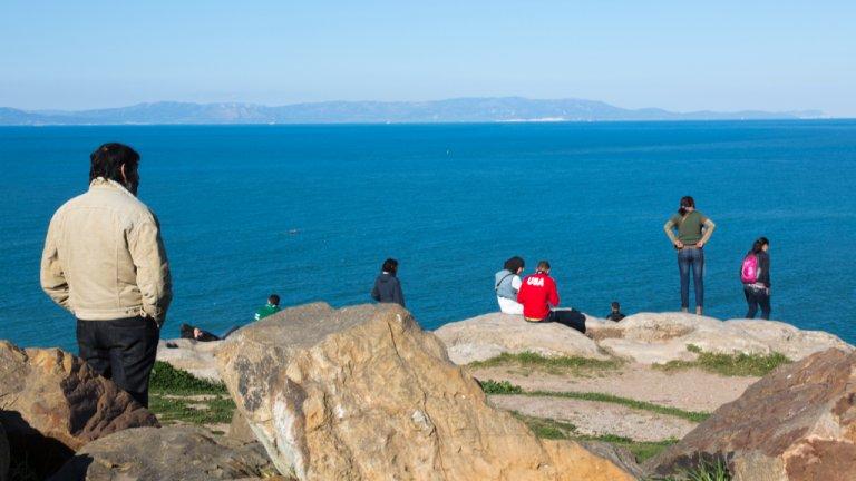 Fishman/ullstein bild via Getty Images  Depuis Tanger au Maroc, des personnes observent les falaises du continent européen situées de l'autre côté de la mer Méditerranée, en Espagne.