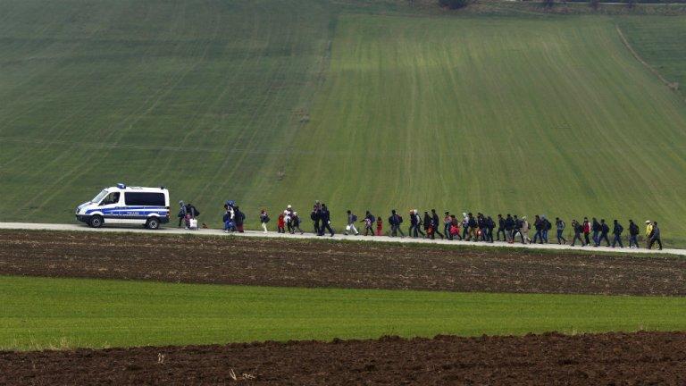 La police escorte des migrants en Allemagne. Crédit : Reuters