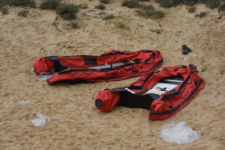 Des bateaux de migrants sur une plage du nord de la France. Crédit : Mehdi Chebil pour InfoMigrants