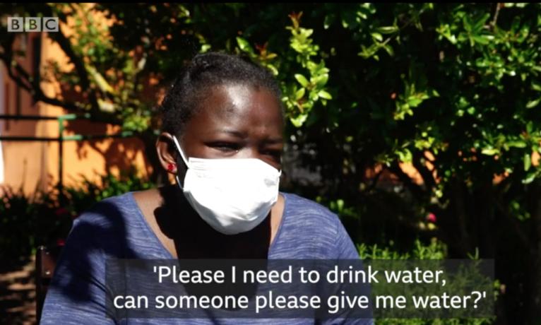 """عائشة، مهاجرة من ساحل العاج، نجت بأعجوبة بعد أن قضت 22 يوماً على قارب تائه في المحيط. المصدر: صورة من فيديو """"بي بي سي"""""""