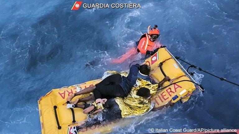 خفر السواحل الإيطالية ينقذ مهاجرين قبالة سواحل جزيرة لامبيدوزا في عملية إنقاذ معقدة وصعبة