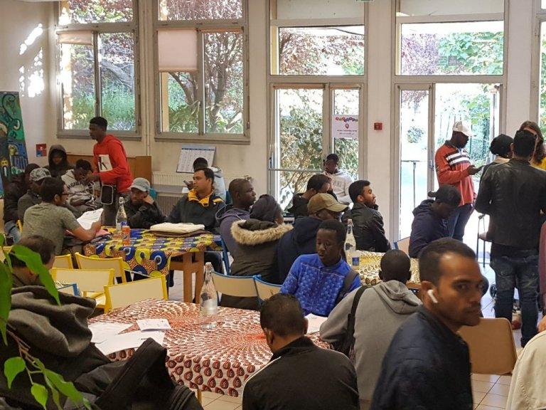 مركز سيدر للمهاجرين واللاجئين وطالبي اللجوء في شمال باريس ، يستقبل آلاف المهاجرين كل عام. المصدر: مهاجر نيوز