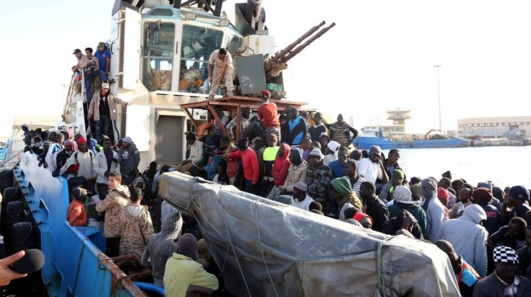 Un bateau de la garde côte libyenne arrive au port de Misrata. A bord se trouvent environ 500 migrants, essentiellement africains. | Photo: ARCHIVE/EPA/STRINGER