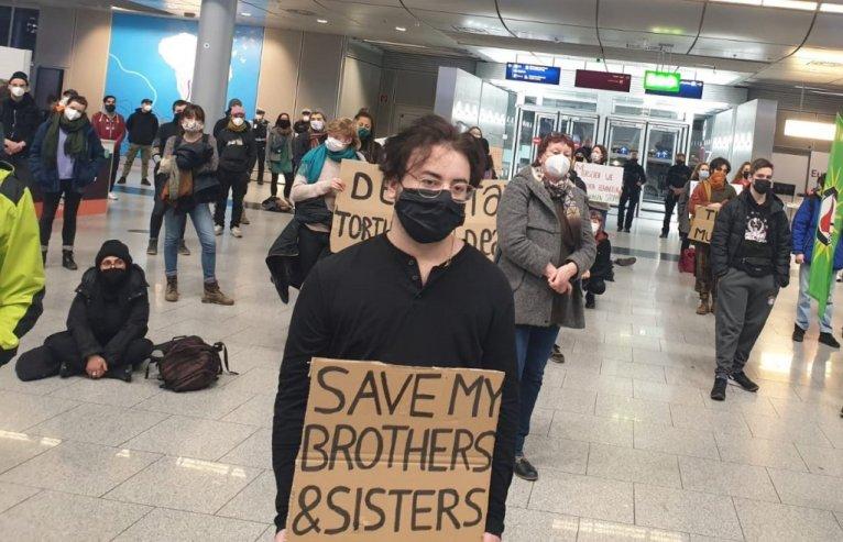 متظاهرون في مطار دوسلدورف (ألمانيا) يتظاهرون ضد ترحيل طالبي اللجوء الأفغان ، 12 يناير 2021