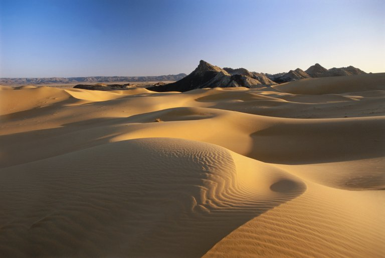 Massif montagneux de Tezirzaït dans le désert de Ténéré au Niger. Crédit : Getty Images / Frans Lemmens