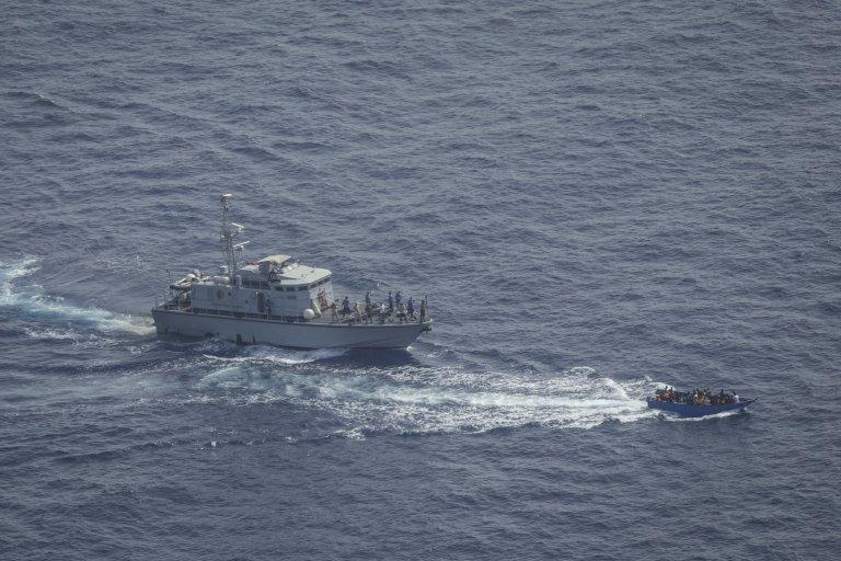 """خفر السواحل الليبي يطلق النار على قارب مهاجرين في المتوسط. المصدر: منظمة """"سي ووتش"""" الألمانية"""