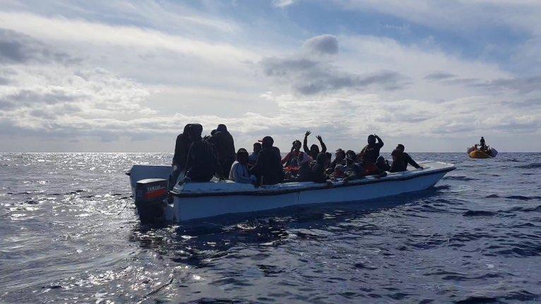 Une embarcation de migrants secourue le 20 novembre 2019. Image d'illustration. Crédit : SOS Méditerranée