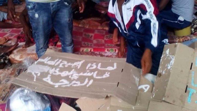 مهاجرون في معسكر احتجاز في مدينة الزاوية، على بعد 30 كيلو مترا من العاصمة الليبية طرابلس.