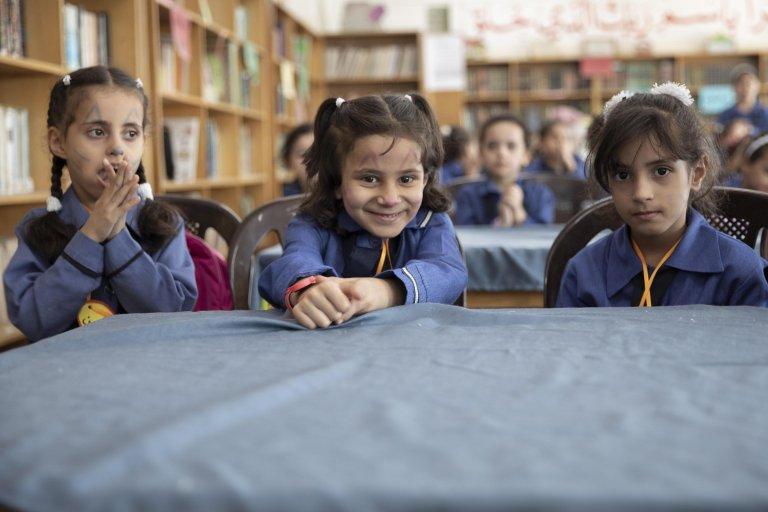 """ANSA / طالبات يقفن لالتقاط صورة خلال زيارة المفوض العام لوكالة """"أونروا"""" بيير كراهينبول لمدرسة النزهة للبنات في الأردن. المصدر: إي بي إيه/ أندريه بين/ أنسا."""