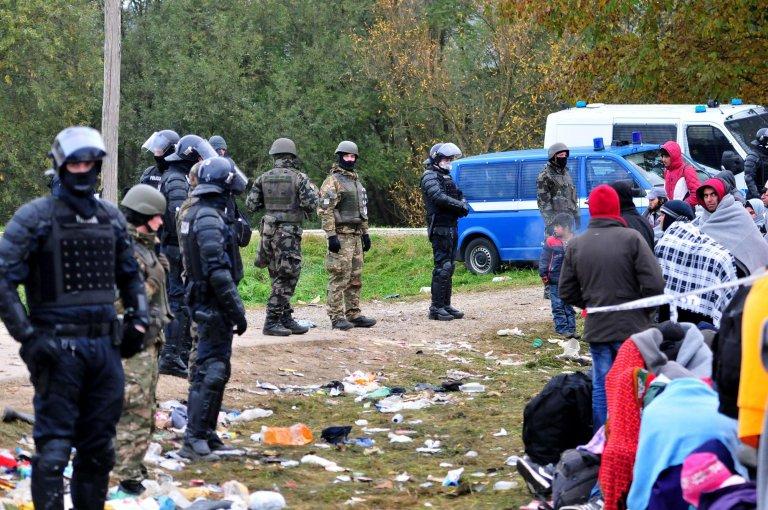 مهاجرون يواجهون الشرطة والجنود على الحدود السلوفينية مع كرواتيا، في 23 تشرين الأول/ أكتوبر 2015. المصدر: إي بي إيه/ إيجور كوبليانيك.