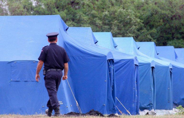 a member of the Romanian Interior Ministry (MAI) troops checks a tent camp prepared for migrants |  Photo/Archive/EPA/SEBASTIAN TATARU