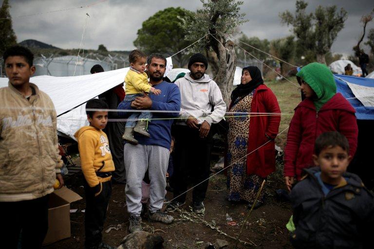 © REUTERS/Alkis Konstantinidis |Une famille de réfugiés syriens dans le camp Moria, sur l'île de Lesbos en Grèce, le 30 novembre 2017.