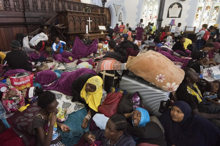 RODGER BOSCH / AFP |Des centaines de réfugiés dorment dans une église méthodiste après avoir été chassés des abords d'un bureau du Haut Commissariat des Nations unies pour les réfugiés, au Cap (Afrique du Sud) le 31 octobre 2019.