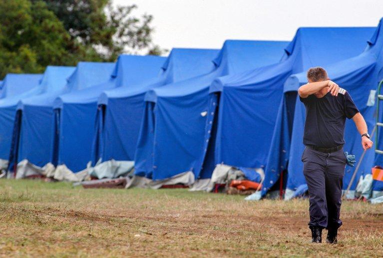 "ansa / أحد أفراد قوات وزارة الداخلية الرومانية في معسكر الخيام الجديد للاجئين بالقرب من قرية لونجا على بعد 550 كيلو مترا غرب بوخارست. المصدر: صورة أرشيف/ ""إي بي إيه""/ سيباستيان تاتارو."