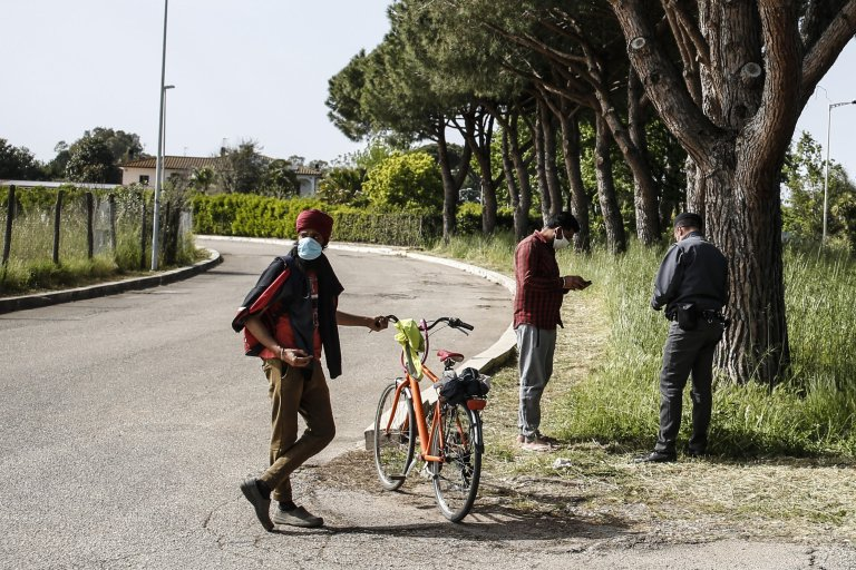 Migrants in Sabaudia, near Latina, Italy, on April 30, 2021   Photo: ANSA/Fabio Frustaci