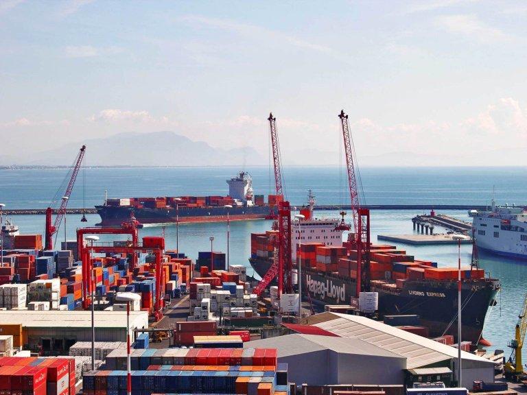 ميناء ساليرنو حيث تم ضبط 26 مهاجرا كانوا مختبئين داخل حاويتين على متن سفينة قادمة من تركيا. المصدر: أنسا.