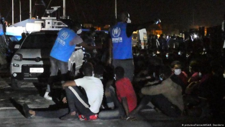 Migrants and aid workers at the port in Lampedusa | Photo: Picture-alliance/ANSA/E.Desiderio
