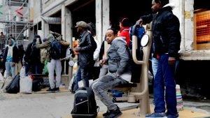 مهاجرون أمام مركز بورت دو لا شابيل في العاصمة الفرنسية باريس. أرشيف