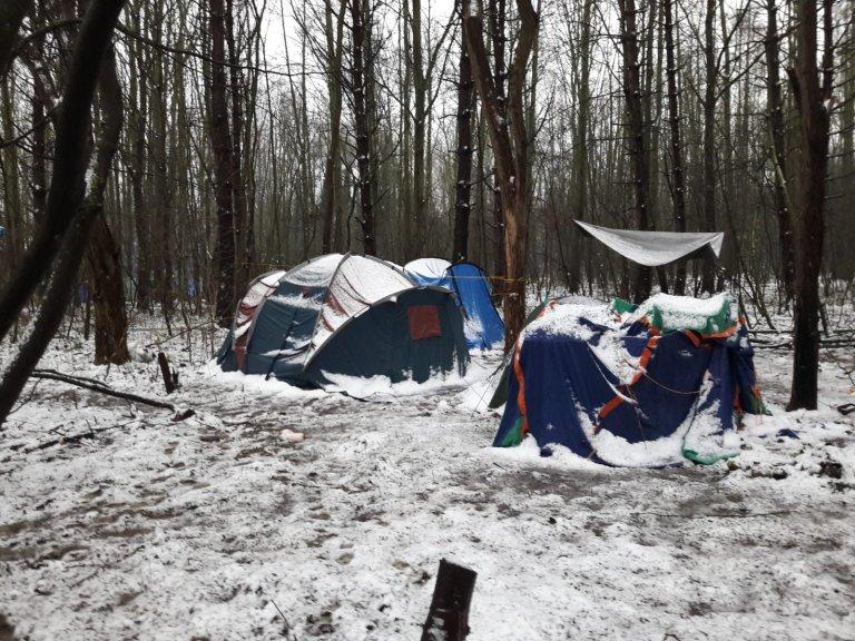 Des centaines de migrants ont dormi sous la neige ce week-end dans le nord de la France. Crédit : Utopia 56