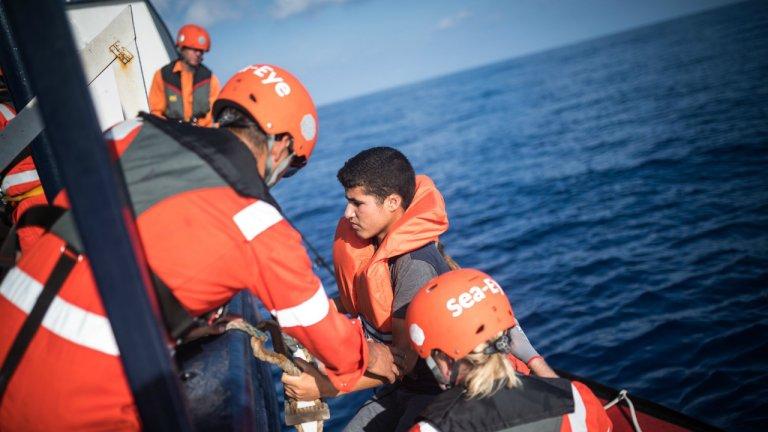 Image du sauvetage de 13 migrants tunisiens par l'équipage du navire Alan Kurdi le 31 août 2019. Crédit : Sea Eye / Twitter