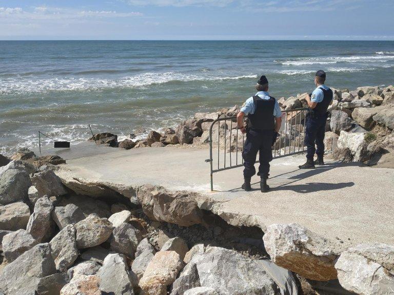 RFI/Alexis Bédu  Une patrouille de gendarmes sur la plage Saint-Gabriel au sud de Boulogne-sur-Mer, le 20 août 2020.
