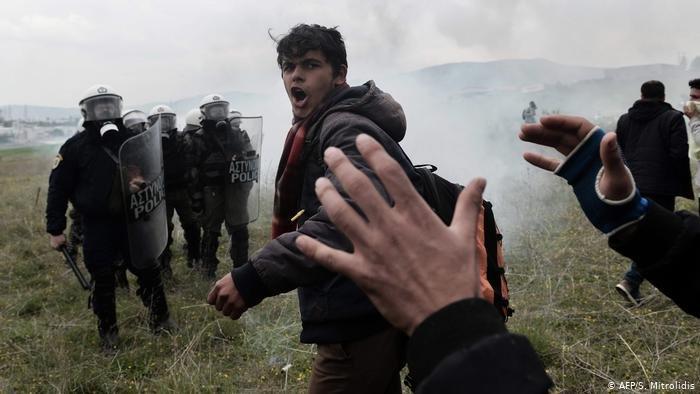 استخدمت الشرطة اليونانية الغاز المسيل للدموع لمنع مهاجرين من الوصول إلى الحدود الشمالية للبلاد. (AFP/S. Mitrolidis)