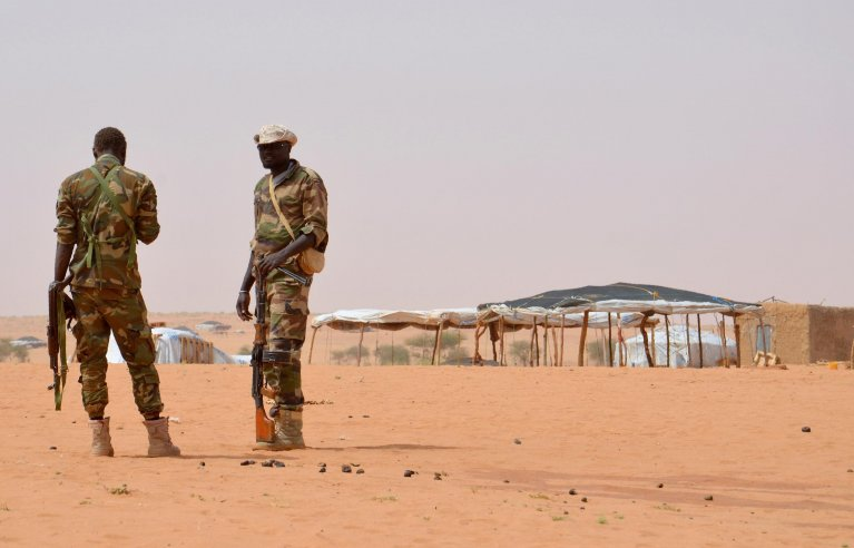 © Boureima Hama, AFP | Niger soldiers stand guard on October 21, 2016 at the Tazalit United Nations refugee camp in the Tahoua region, some 300 kilometres northeast of the capital Niamey, where militants had killed 22 soldiers on October 7, 2016.