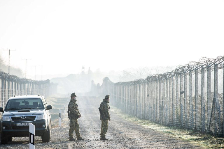 Hungarian soldiers patrol along the border between Serbia and Hungary on November 18, 2020 | Photo: EPA/Tibor Rosta