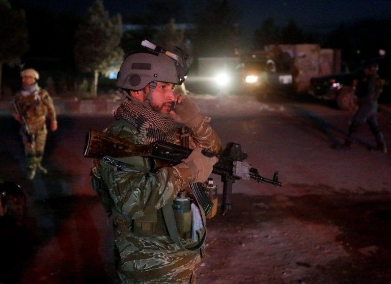 یک نظامی افغان در محل انفجار روز شنبه 20 اکتبر در کابل که منجر به کشته شدن محمد قادر، مترجم سابق ارتش فرانسه در افغانستان شد. عکس از خبرگزاری رویترز