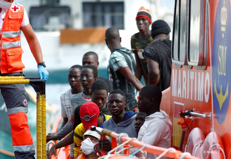 Migrants wait to disembark from a Spanish coast guard vessel in the port of Arguineguin on the island of Gran Canaria, Spain, May 17, 2020 | Photo: REUTERS/Borja Suarez