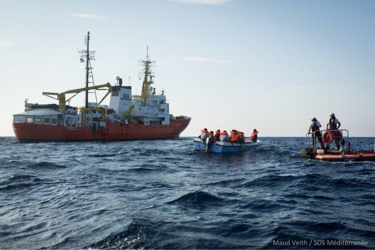 L'Aquarius refuse catégoriquement de renvoyer les migrants secourus en Libye. Crédit : Maud Veith / SOS Méditerranée